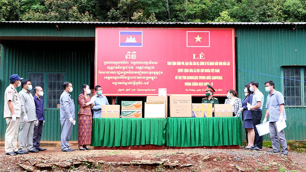 Tỉnh Đắk Lắk hỗ trợ tỉnh Mondunkiri nhu yếu phẩm chống dịch