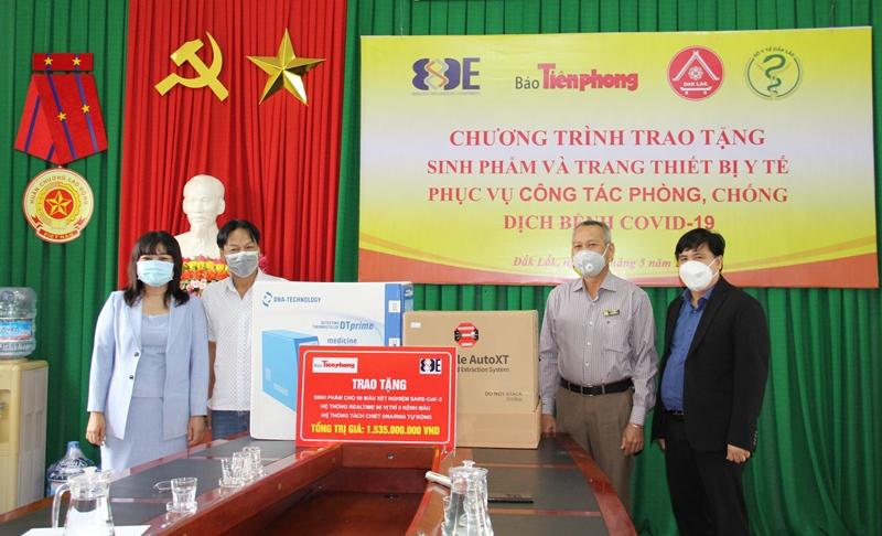 Trao tặng máy xét nghiệm SARS-CoV-2 cho tỉnh Đắk Lắk
