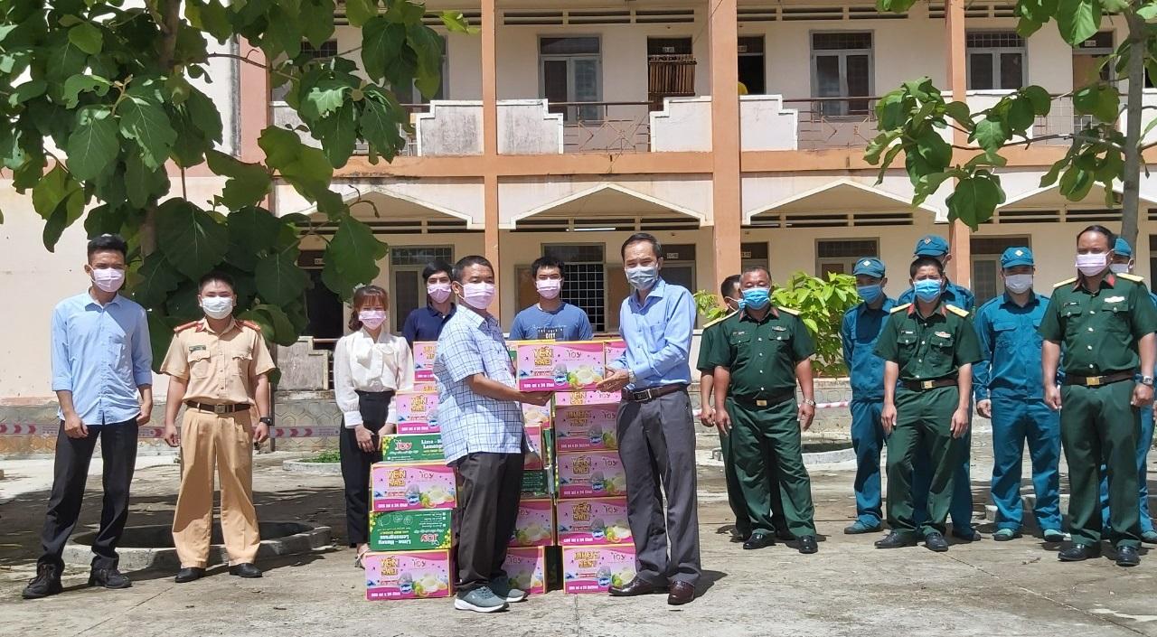 Tặng 500 phần quà cho lực lượng tuyến đầu tham gia phòng, chống dịch COVID-19