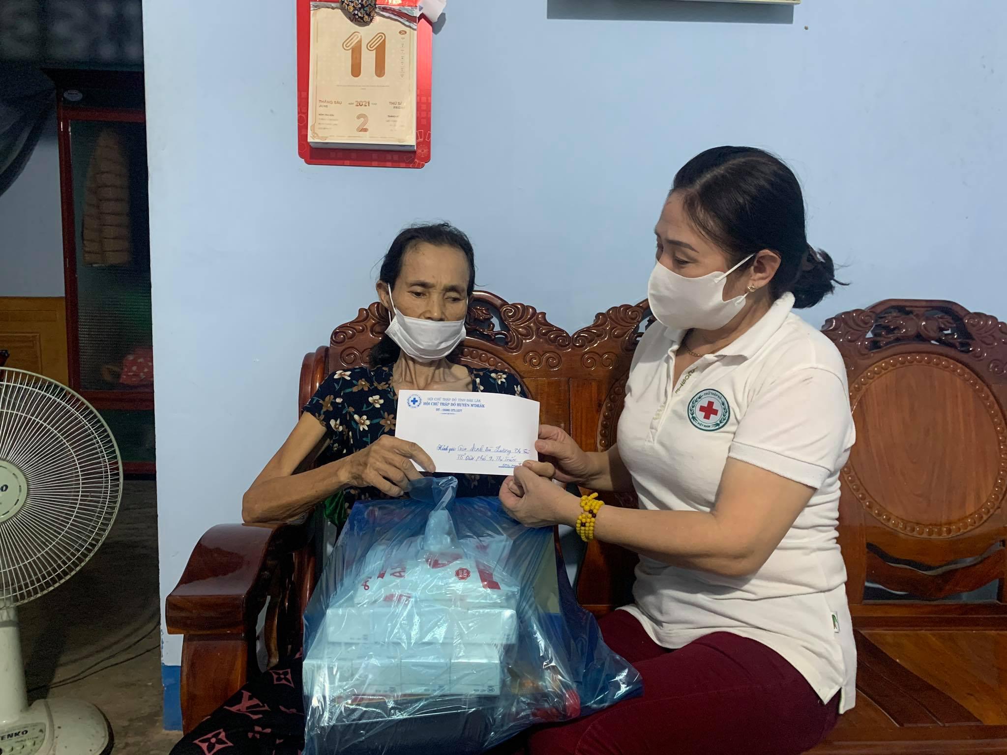 Hội Chữ thập đỏ huyện M'Drắk thăm, tặng quà gia đình có hoàn cảnh khó khăn