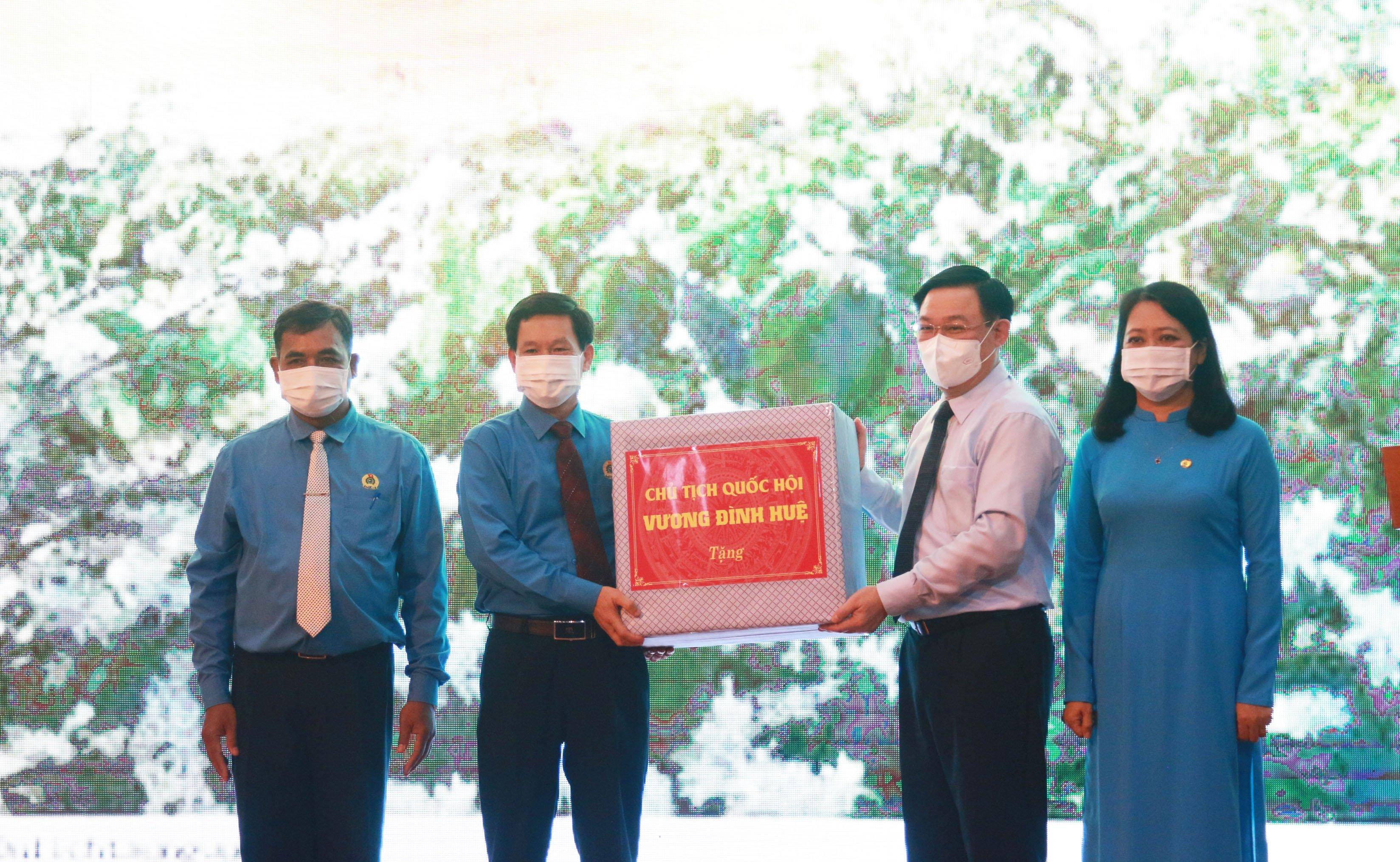 Chủ tịch Quốc hội Vương Đình Huệ thăm, tặng quà cho đoàn viên công đoàn Đắk Lắk gặp khó khăn
