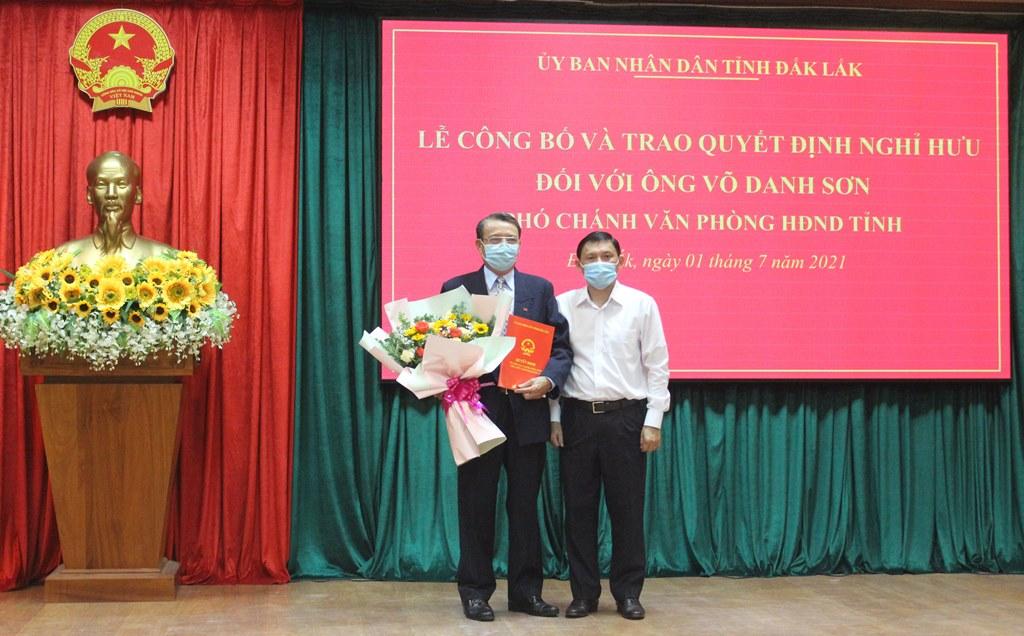 Trao Quyết định nghỉ hưu cho đồng chí Võ Danh Sơn, Phó Chánh Văn phòng HĐND tỉnh