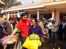 Tặng quà cho bệnh nhân tại khu điều trị bệnh phong Ea na, huyện Krông Ana