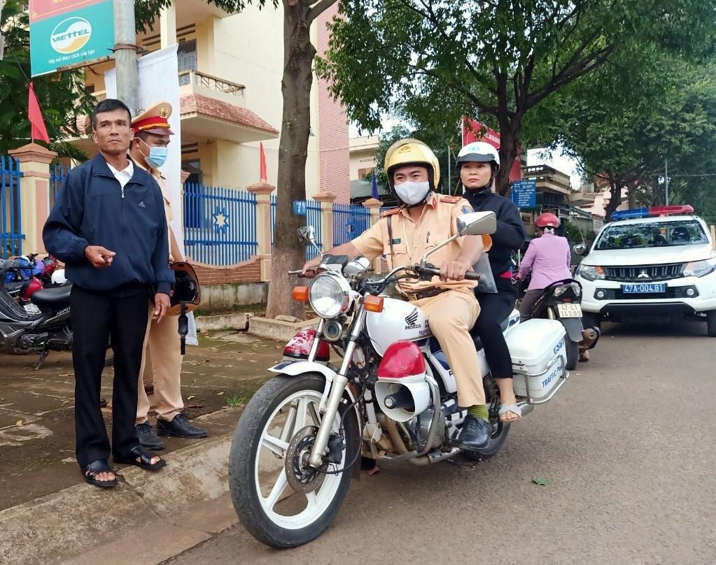 Quên Thẻ dự thi, thí sinh được Cảnh sát giao thông hỗ trợ kịp thời