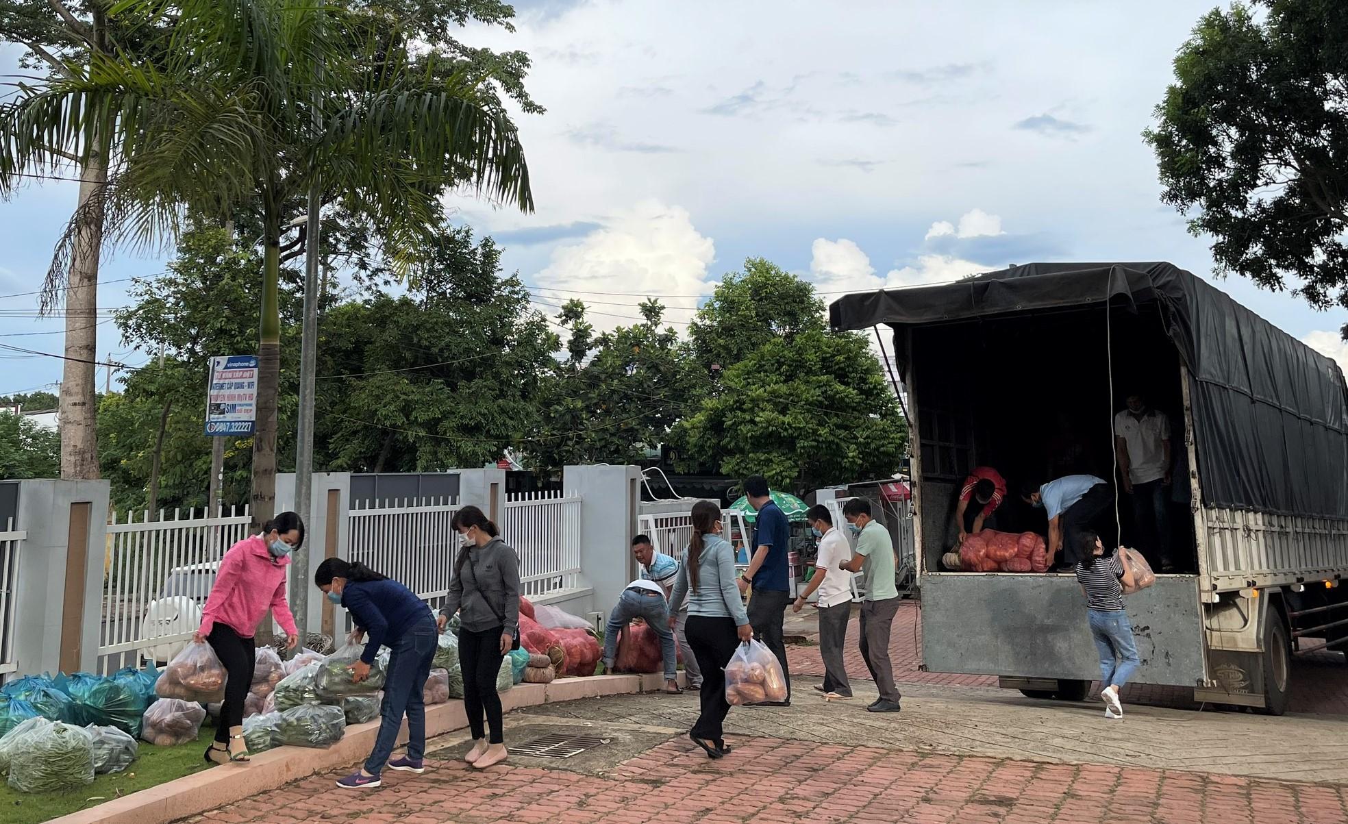 Người dân Đắk Lắk ủng hộ rau, củ và nhu yếu phẩm cho thành phố Hồ Chí Minh chống dịch
