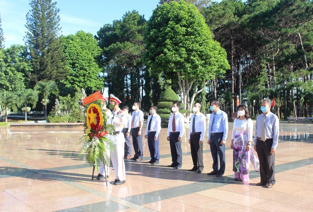 Lễ viếng Nghĩa trang Liệt sỹ tỉnh nhân kỷ niệm 74 năm Ngày Thương binh - Liệt sỹ