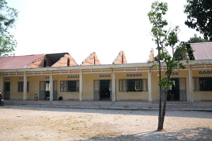 Hỗ trợ kinh phí khắc phục thiệt hại do lốc tố gây ra tại trường Tiểu học Krông Năng.