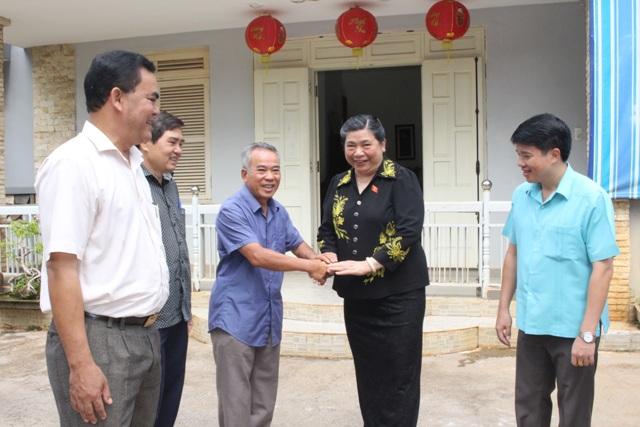 Đồng chí Tòng Thị Phóng thăm các gia đình cán bộ nguyên là lãnh đạo Tỉnh ủy, UBND tỉnh qua các thời kỳ.