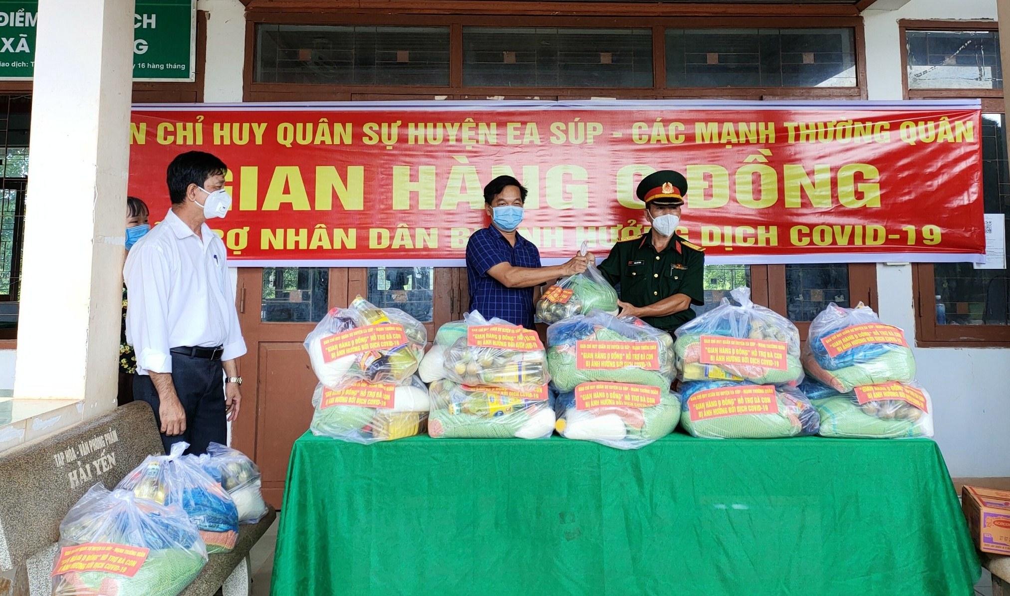 Tặng 40 suất quà cho người dân xã Cư Kbang, huyện Ea Súp