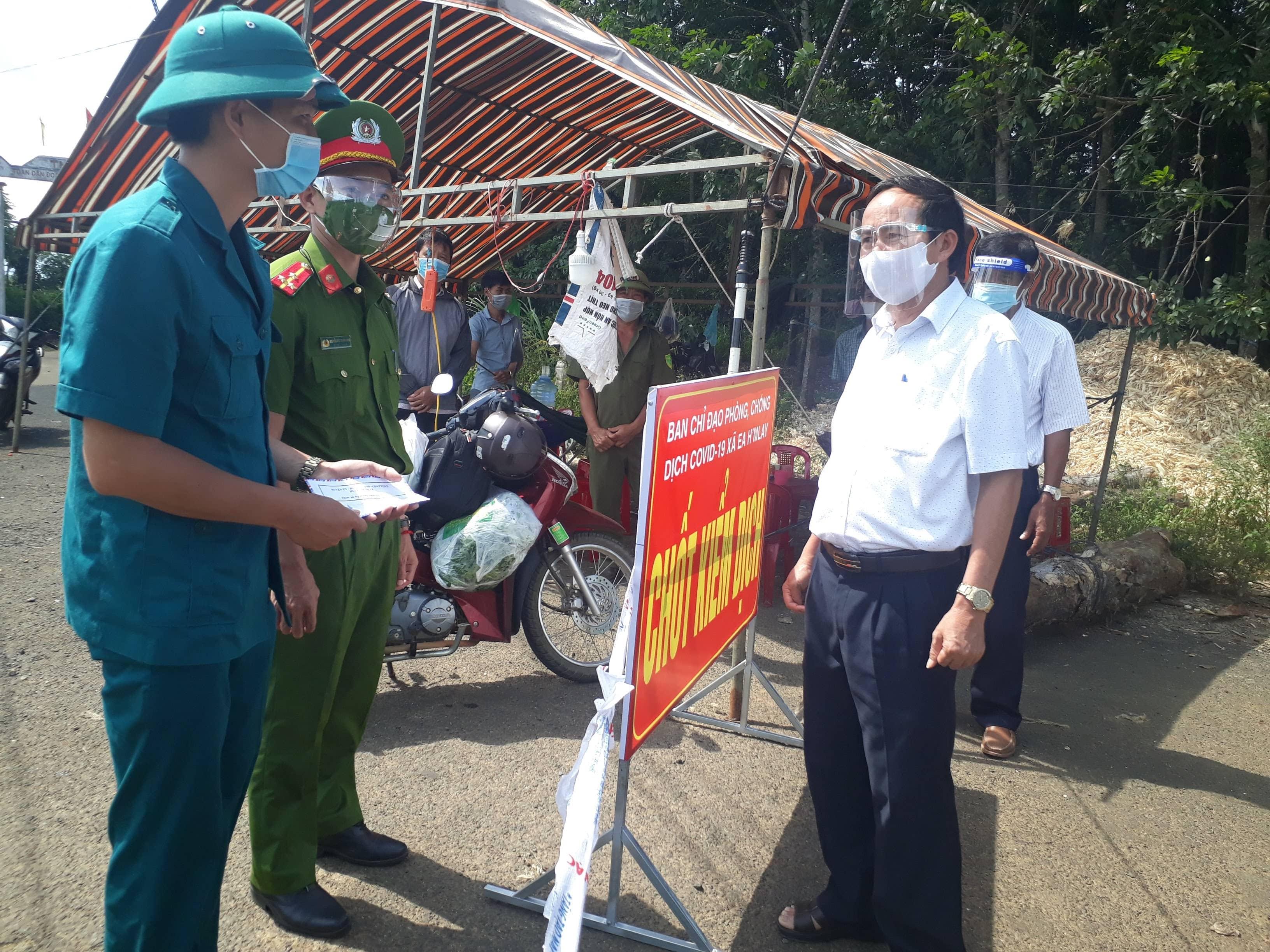 Lãnh đạo Huyện ủy M'Drắk thăm, động viên các lực lượng làm nhiệm vụ tại các chốt kiểm soát dịch Covid-19