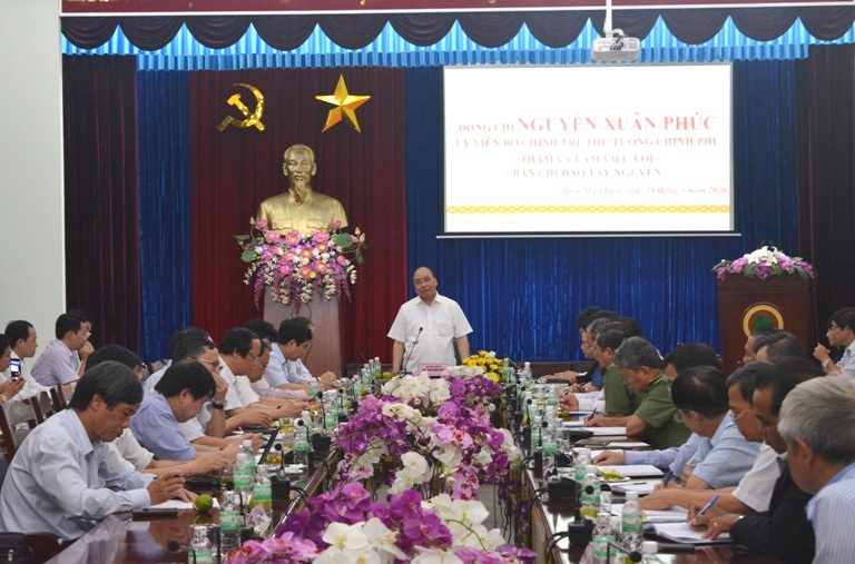 Prime Minister Nguyen Xuan Phuc works with the Central Highlands Steering Committee