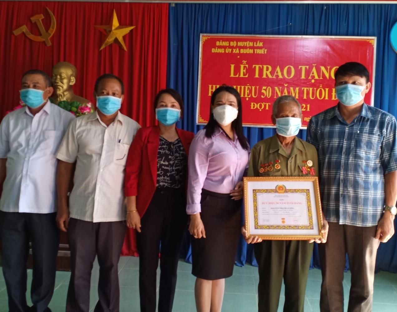 Huyện Lắk trao tặng Huy hiệu Đảng đợt 2/9