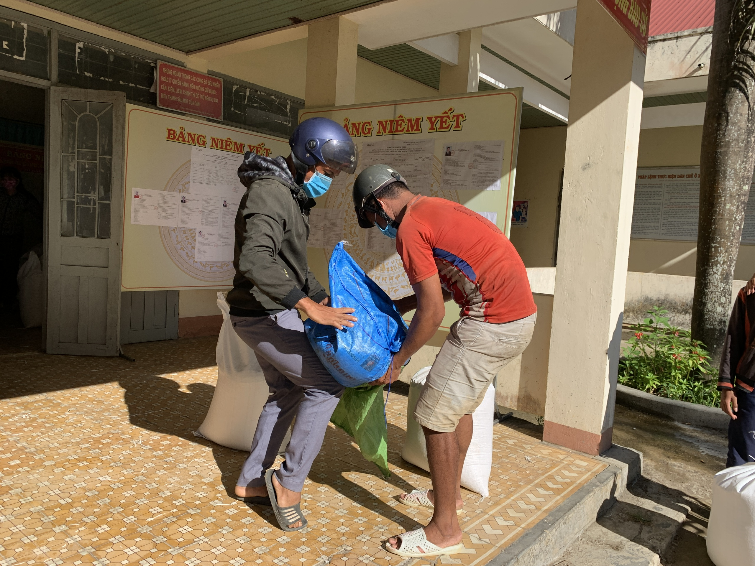 Huyện M'Drắk cấp trên 60 tấn gạo cứu đói cho người dân bị ảnh hưởng bởi dịch bệnh COVID-19