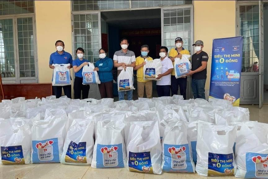 """Chương trình """"Triệu túi an sinh - Siêu thị mini 0 đồng"""": Trao tặng 300 phần quà hỗ trợ người dân khó khăn"""