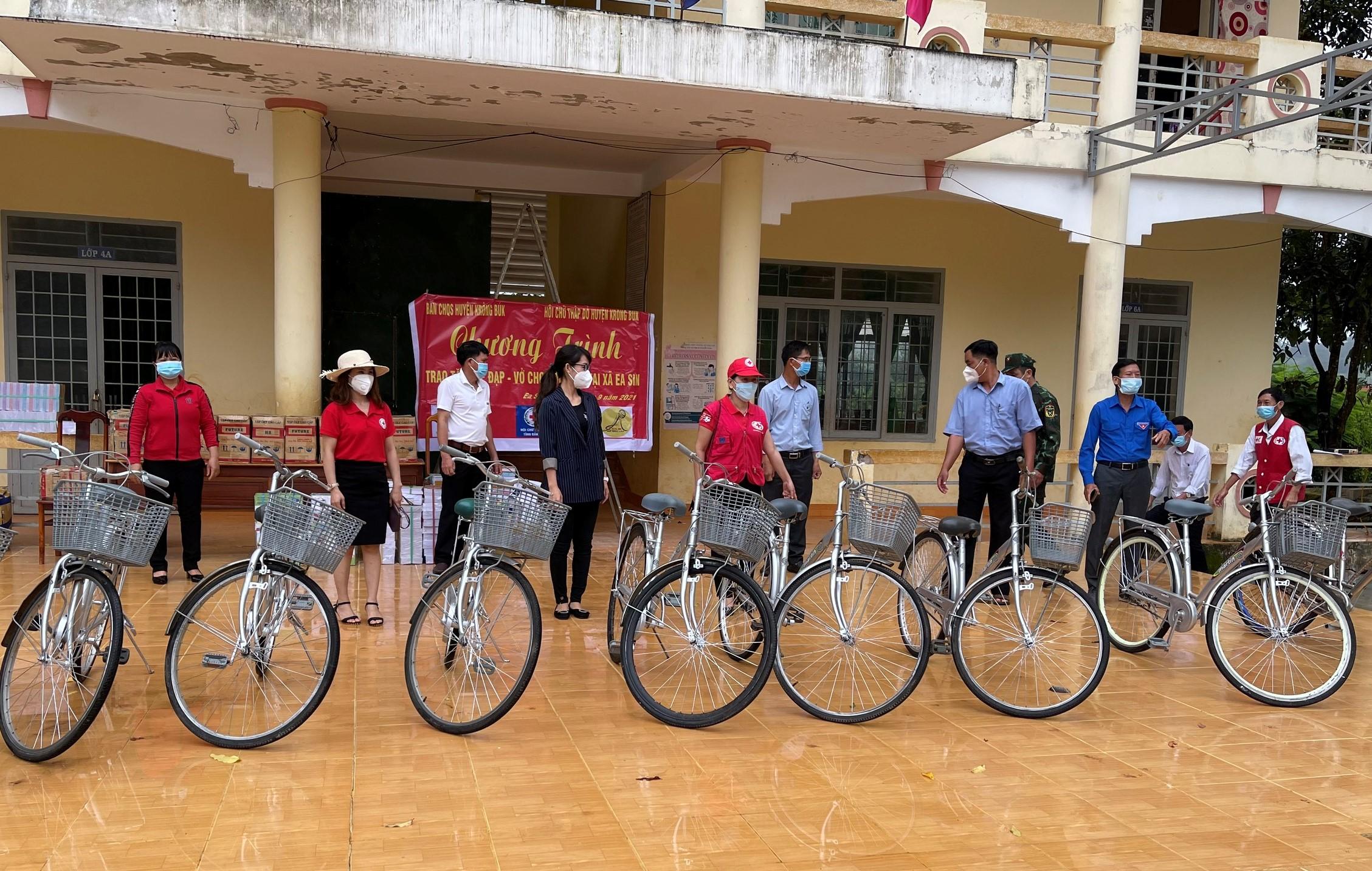 Hỗ trợ học sinh nghèo huyện Krông Búk nhân dịp năm học mới