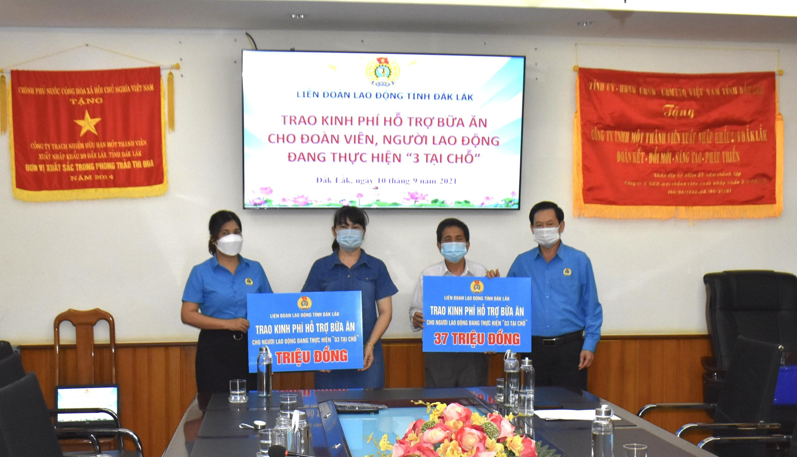 LĐLĐ tỉnh trao kinh phí hỗ trợ đoàn viên, lực lượng y tế, tham gia chống dịch Covid-19 tại TP.Hồ Chí Minh