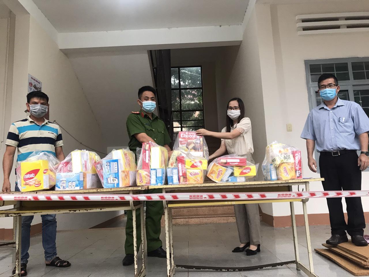 Qũy Bảo trợ Trẻ em tỉnh tặng quà cho trẻ em đang thực hiện cách ly và trẻ em bị nhiễm Covid-19