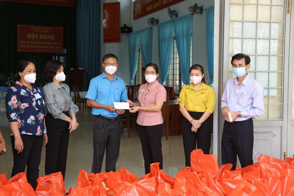 Đoàn đại biểu Quốc hội tỉnh thăm, tặng quà tại buôn Kwang A (xã Cư Bao, thị xã Buôn Hồ)