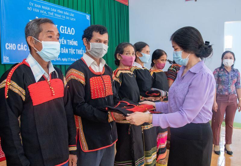 Cấp trang phục truyền thống cho các buôn đồng bào dân tộc thiểu số huyện Lắk và Krông Bông