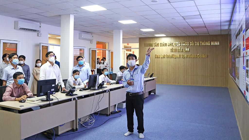 Bí thư Tỉnh ủy Nguyễn Đình Trung thăm và làm việc tại Trung tâm Giám sát, điều hành đô thị thông minh