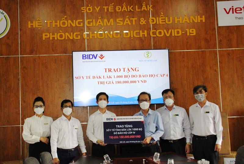 Ngân hàng BIDV Đắk Lắk trao hỗ trợ 1.000 bộ trang phục phòng chống dịch Covid-19 cho Sở Y tế