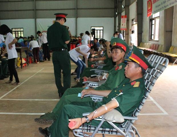 """Hơn 300 đoàn viên tham gia Chương trình hiến máu nhân đạo """"Giọt máu nghĩa tình"""" lần 2."""