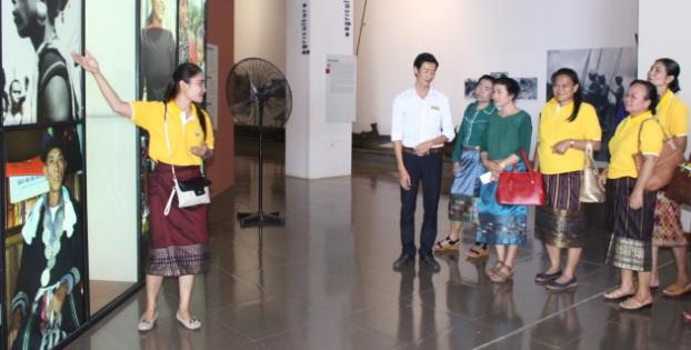 Phụ nữ các tỉnh Nam Lào tham quan một số danh lam thắng cảnh tại tỉnh.