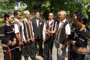 Tổ chức tham quan học tập kinh nghiệm trong tỉnh đối với người có uy tín trong đồng bào dân tộc thiểu số.