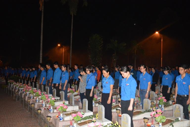 Hơn 2.000 đoàn viên thanh niên tham gia thắp nến tri ân các anh hùng liệt sỹ.
