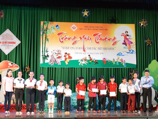 Chương trình Trăng yêu thương cho trẻ em có hoàn cảnh khó khăn
