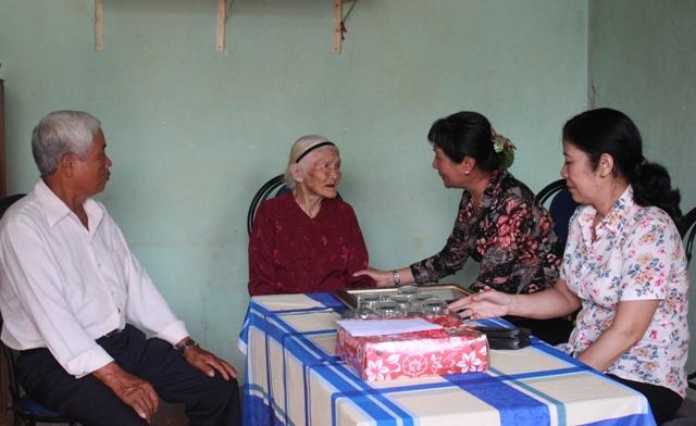 Thăm, tặng quà cho người cao tuổi huyện Cư M'gar.