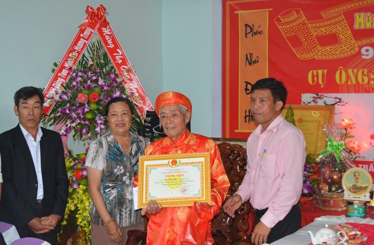 Thăm, tặng quà, chúc thọ, mừng thọ người cao tuổi tiêu biểu trên địa bàn huyện Krông Ana.
