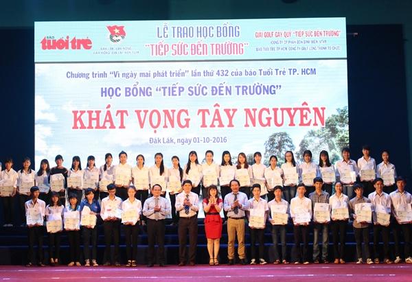 """Trao 121 suất học bổng """"Tiếp sức đến trường"""" cho tân sinh viên của 5 tỉnh Tây Nguyên"""