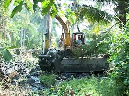 Hỗ trợ kinh phí chống hạn để sửa chữa, nạo vét phát dọn kênh tưới suối nước trong, cánh đồng phía Tây thị trấn Ea Pốk