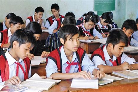 Nắm bắt tình hình học sinh dân tộc thiểu số ngoài đối tượng của Nghị định số 86/2015/NĐ-CP đến trường khi tạm dừng cấp sách vở cho học sinh dân tộc thiểu số.