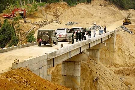 Phê duyệt kế hoạch lựa chọn nhà thầu Hạng mục: Xây dựng cầu mới tại Km4+157,70 và tường hộ lan mềm phạm vi từ Km7+500 ÷ Km7+950 thuộc Dự án đường giao thông liên huyện Ea Kar đi M'Đrắk