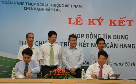 Ký kết hợp đồng tín dụng giữa Vietcombank Đắk Lắk với các doanh nghiệp
