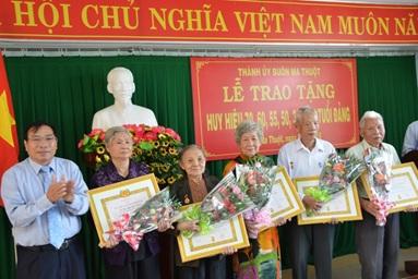 Trao Huy hiệu Đảng tặng đảng viên thuộc Đảng bộ TP. Buôn Ma Thuột