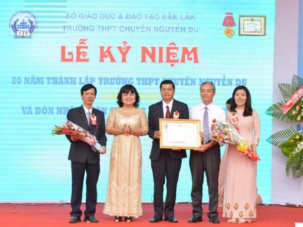 Trường THPT chuyên Nguyễn Du kỷ niệm 20 năm thành lập và đón nhận Huận chương Lao động hạng Nhì