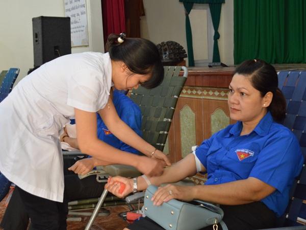 Gần 800 tình nguyện viên tham gia Ngày hội Hiến máu nhân đạo đợt 3 năm 2016