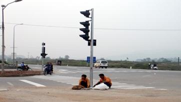Phê duyệt báo cáo kinh tế kỹ thuật đầu tư xây dựng Lắp đặt đèn tín hiệu giao thông