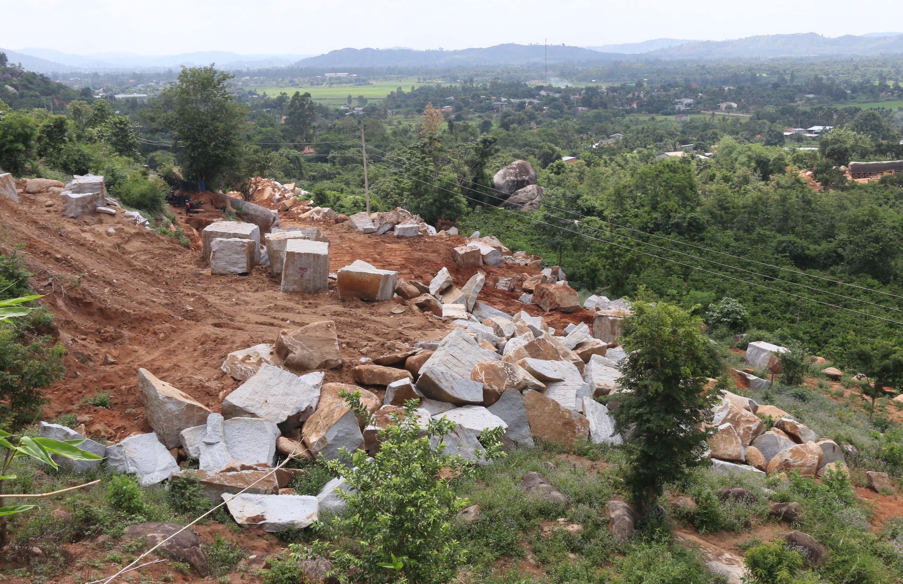Cho thu gom đá xây dựng trong quá trình cải tạo đất tại Buôn Za, xã Hòa Sơn, huyện Krông Bông.