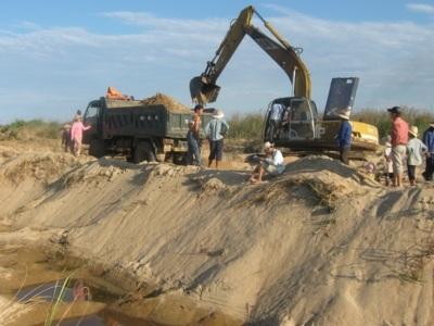 Kiểm tra, xác minh và xử lý nội dung phản ánh của báo chí về khai thác, vận chuyển cát tại thôn Quỳnh Ngọc, xã Ea Na, huyện Krông Ana.