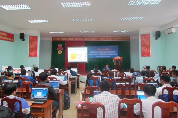 Tập huấn hướng dẫn khai thác và sử dụng internet nâng cao hiệu quả công tác cho cán bộ đoàn cấp xã