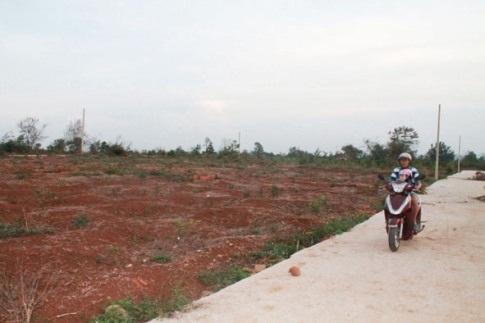 Bố trí đất cho dân thuộc dự án sắp xếp dân cư, bán đấu giá 66 lô đất tại xã Ia Jlơi, huyện Ea Súp.