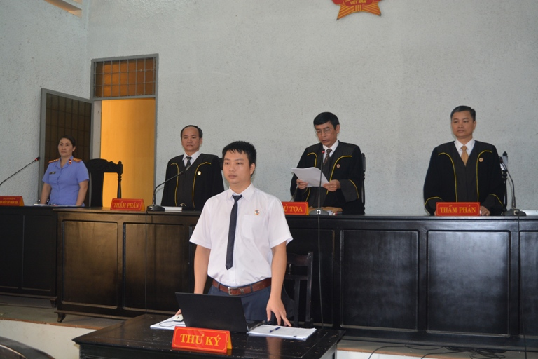 Thẩm phán Tòa án nhân dân tỉnh sử dụng trang phục mới trong xét xử các vụ án.