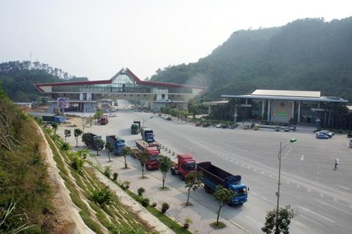 Phí sử dụng kết cấu hạ tầng, công trình dịch vụ, tiện ích công cộng trong khu vực cửa khẩu.