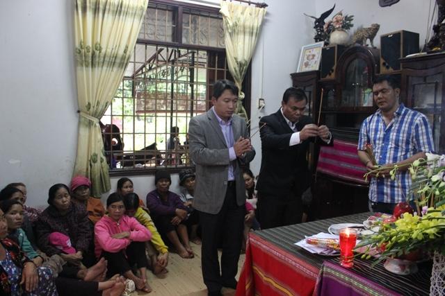 Lãnh đạo tỉnh thăm hỏi động viên gia đình các chiến sỹ bị nạn trong vụ nổ kho chứa vật chứng tại trụ sở Công an tỉnh Đắk Lắk