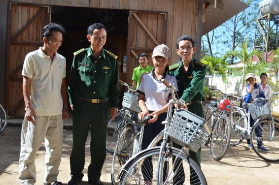 Tặng xe đạp cho học sinh nghèo tỉnh Đắk Lắk