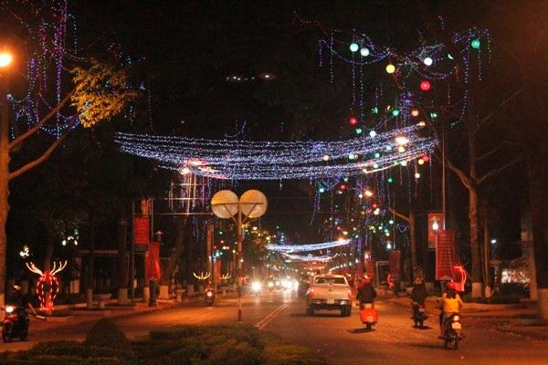Thống nhất phương án lắp đặt hệ thống đèn trang trí đường Nguyễn Tất Thành, thành phố Buôn Ma Thuột.